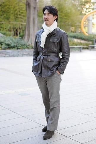 Come indossare e abbinare mocassini eleganti in pelle scamosciata marrone scuro in primavera 2022: Indossa una giacca da campo grigio scuro con chino grigi per affrontare con facilità la tua giornata. Scegli uno stile classico per le calzature e mettiti un paio di mocassini eleganti in pelle scamosciata marrone scuro. Conquesto outfitprimaverile non si può mai sbagliare, garantito.