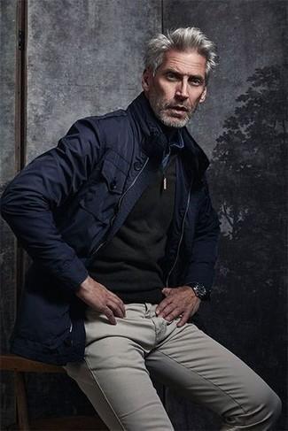 Come indossare e abbinare una camicia di jeans blu: Potresti combinare una camicia di jeans blu con chino grigi per un outfit comodo ma studiato con cura.
