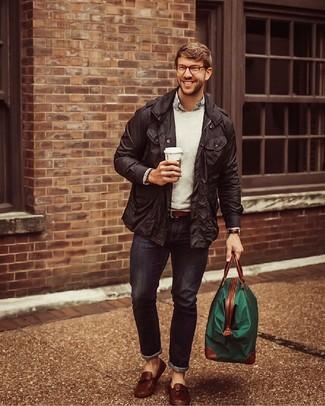 Come indossare: giacca da campo nera, maglione girocollo grigio, camicia a maniche lunghe a righe verticali bianca e blu scuro, jeans aderenti blu scuro
