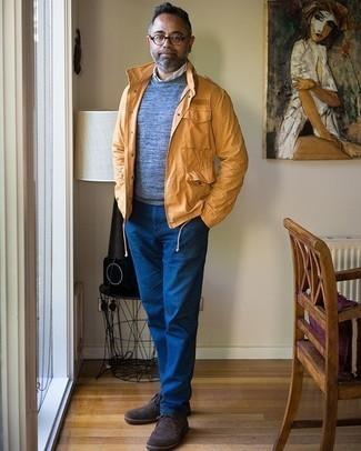 Trend da uomo 2020 in modo smart-casual: Potresti combinare una giacca da campo arancione con chino blu per un look spensierato e alla moda. Questo outfit si abbina perfettamente a un paio di chukka in pelle scamosciata marrone scuro.