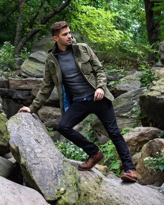 Come indossare e abbinare: giacca da campo verde oliva, maglione girocollo grigio scuro, camicia di jeans blu, jeans blu scuro