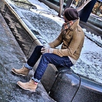 Come indossare e abbinare: giacca da campo in pelle marrone, maglione girocollo grigio, jeans blu scuro, stivaletti brogue in pelle marrone chiaro