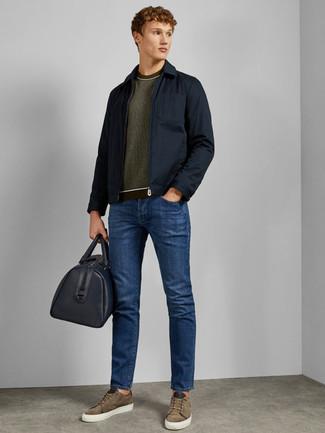 Come indossare e abbinare: giacca da campo blu scuro, maglione girocollo verde oliva, jeans blu, sneakers basse in pelle scamosciata verde oliva