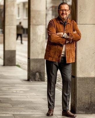 Come indossare e abbinare: giacca da campo in pelle scamosciata terracotta, maglione girocollo beige, pantaloni eleganti a righe verticali grigio scuro, mocassini eleganti in pelle marroni