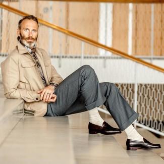 Come indossare e abbinare: giacca da campo beige, maglione girocollo grigio, pantaloni eleganti grigi, mocassini eleganti in pelle marrone scuro