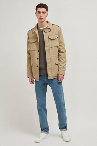 Come indossare e abbinare: giacca da campo marrone chiaro, maglione girocollo verde oliva, jeans blu, sneakers basse in pelle bianche