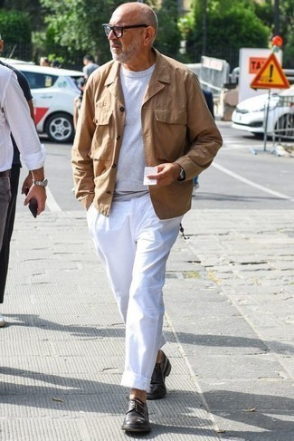 Trend da uomo 2020 in primavera 2020: Prova ad abbinare una giacca da campo marrone chiaro con chino bianchi per vestirti casual. Sfodera il gusto per le calzature di lusso e scegli un paio di scarpe derby in pelle marrone scuro. È buona scelta per essere elegantemente alla moda questa primavera!