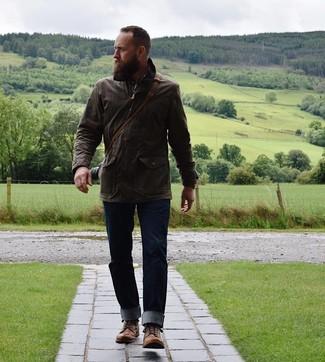 Come indossare e abbinare: giacca da campo marrone scuro, camicia a maniche lunghe scozzese marrone, jeans blu scuro, stivali casual in pelle marroni