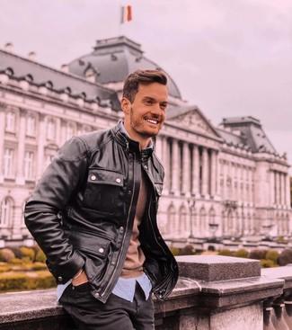 Come indossare e abbinare: giacca da campo in pelle nera, maglione girocollo marrone, camicia a maniche lunghe a righe verticali azzurra, jeans neri