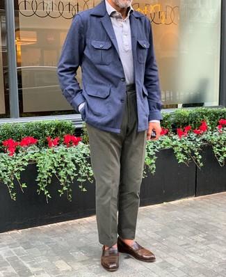 Come indossare e abbinare: giacca da campo di lino blu scuro, polo grigio, chino verde oliva, mocassini eleganti in pelle marroni