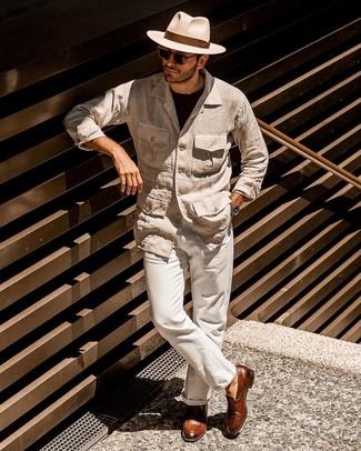 Come indossare e abbinare: giacca da campo di lino beige, t-shirt girocollo nera, chino di lino beige, mocassini con nappine in pelle marroni