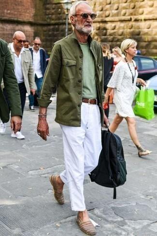Trend da uomo 2020 in primavera 2020: Per un outfit quotidiano pieno di carattere e personalità, scegli una giacca da campo verde oliva e chino bianchi. Espadrillas in pelle marroni sono una splendida scelta per completare il look. Una fantastica scelta per essere elegante e alla moda anche durante la stagione primaverile.