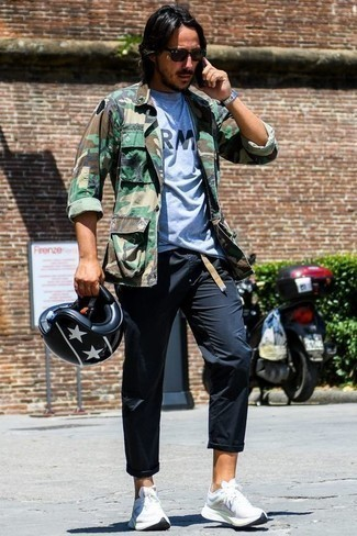 Trend da uomo 2020: Abbina una giacca da campo mimetica verde oliva con chino neri per un outfit comodo ma studiato con cura. Se non vuoi essere troppo formale, prova con un paio di scarpe sportive bianche.