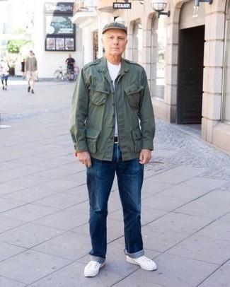Come indossare e abbinare sneakers basse bianche: Per creare un adatto a un pranzo con gli amici nel weekend punta su una giacca da campo verde scuro e jeans blu. Ispirati all'eleganza di Luca Argentero e completa il tuo look con un paio di sneakers basse bianche.