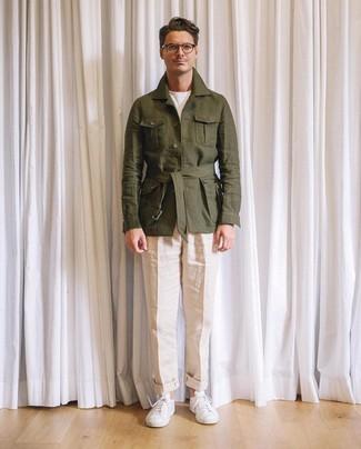 super popular 497ee cb752 Come indossare e abbinare pantaloni beige con scarpe bianche ...