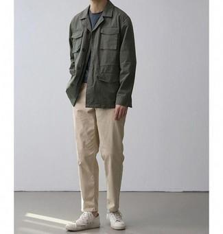 Come indossare e abbinare sneakers basse bianche: Coniuga una giacca da campo verde scuro con chino beige per un outfit comodo ma studiato con cura. Sneakers basse bianche danno un tocco informale al tuo abbigliamento.
