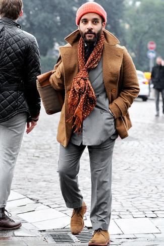 Trend da uomo 2020 in inverno 2021: Scegli uno stile classico in una giacca da marinaio marrone chiaro e un abito grigio. Non vuoi calcare troppo la mano con le scarpe? Scegli un paio di chukka in pelle scamosciata marrone chiaro per la giornata. Ecco una magnifica idea per creare uno stupendo look invernale.