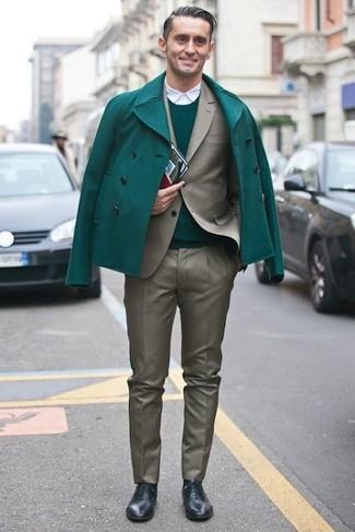 Come indossare e abbinare: giacca da marinaio verde, abito verde oliva, maglione girocollo verde, camicia a maniche lunghe bianca