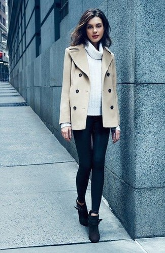 Come indossare: giacca da marinaio beige, maglione con scollo a cappuccio bianco, leggings neri, stivaletti in pelle scamosciata neri