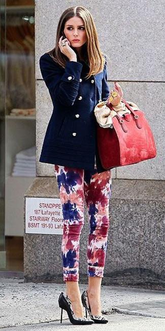 Come indossare: giacca da marinaio blu scuro, jeans aderenti effetto tie-dye multicolori, décolleté in pelle stampati neri e bianchi, borsa shopping in pelle rossa