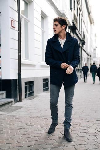 Trend da uomo 2020: Opta per una giacca da marinaio blu scuro e jeans grigi per creare un look smart casual. Opta per un paio di stivali chelsea in pelle scamosciata grigio scuro per mettere in mostra il tuo gusto per le scarpe di alta moda.