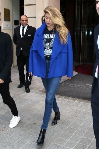 Come indossare: giacca da marinaio blu, t-shirt girocollo stampata nera e bianca, jeans aderenti blu scuro, stivaletti in pelle neri