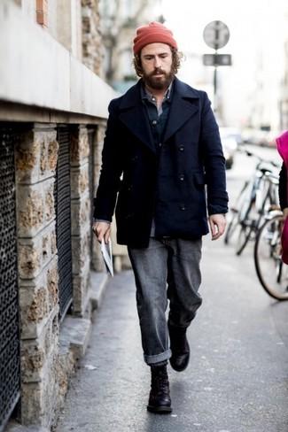 Come indossare e abbinare stivali casual in pelle neri: Scegli un outfit composto da una giacca da marinaio blu scuro e jeans grigio scuro per essere elegante ma non troppo formale. Stivali casual in pelle neri sono una interessante scelta per completare il look.