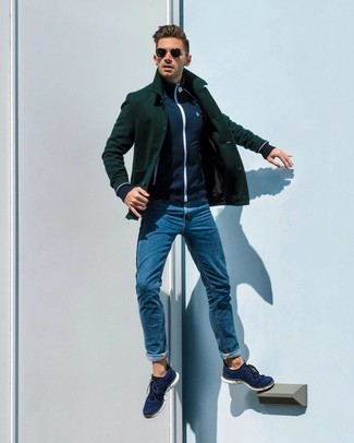 Come indossare e abbinare: giacca da marinaio verde scuro, cardigan con zip blu scuro, jeans blu, sneakers basse di tela blu scuro