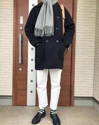 Trend da uomo 2020 quando fa gelo: Metti una giacca da marinaio blu scuro e chino bianchi per creare un look smart casual. Mocassini eleganti in pelle blu scuro doneranno eleganza a un look altrimenti semplice.