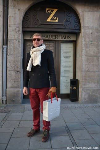 Come indossare e abbinare: giacca da marinaio nera, chino bordeaux, stivali casual in pelle marroni, sciarpa lavorata a maglia beige