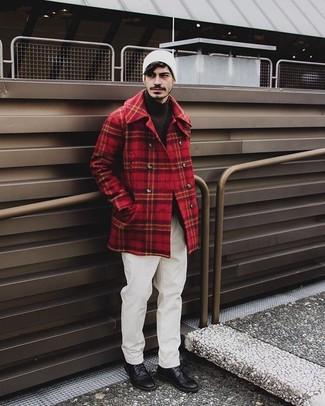 Come indossare e abbinare: giacca da marinaio scozzese rossa, dolcevita marrone scuro, chino bianchi, scarpe derby in pelle nere