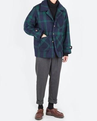 Come indossare e abbinare chino di lana grigio scuro: Prova ad abbinare una giacca da marinaio scozzese blu scuro con chino di lana grigio scuro per creare un look smart casual. Questo outfit si abbina perfettamente a un paio di chukka in pelle marroni.