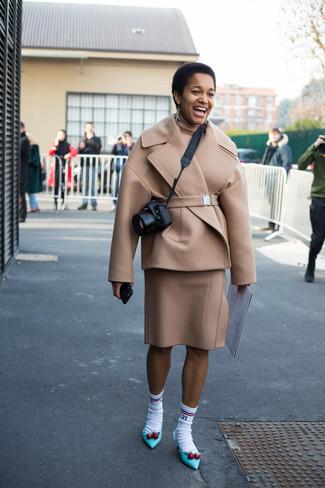 Come indossare: giacca da marinaio beige, dolcevita beige, gonna a tubino di lana beige, décolleté in pelle acqua