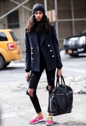Sfoggia un look raffinato e disinvolto in una giacca da marinaio blu scuro e un borsone. Non vuoi calcare troppo la mano con le scarpe? Calza un paio di sneakers basse fucsia per la giornata.