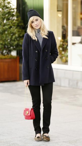 Moda ragazza adolescente: Prova a combinare una giacca da marinaio blu scuro con jeans aderenti neri per un look spensierato e alla moda. Scegli un paio di ballerine in pelle scamosciata leopardate marrone chiaro come calzature per avere un aspetto più rilassato.