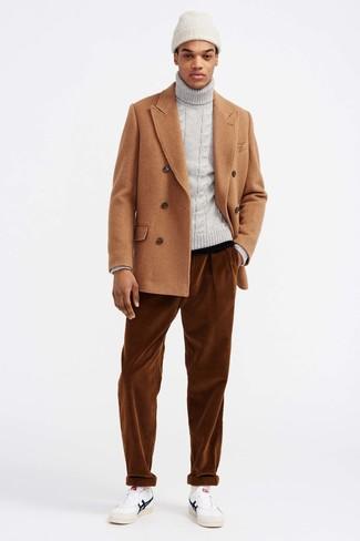 Come indossare e abbinare: giacca da marinaio marrone chiaro, dolcevita lavorato a maglia grigio, jeans di velluto a coste terracotta, sneakers basse in pelle bianche