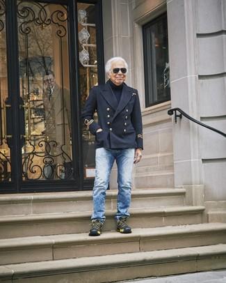 Come indossare e abbinare: giacca da marinaio nera, dolcevita blu scuro, jeans blu, scarpe sportive nere
