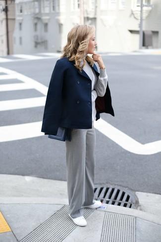 Come indossare: giacca da marinaio blu scuro, dolcevita grigio, pantaloni larghi grigi, sneakers basse di tela bianche