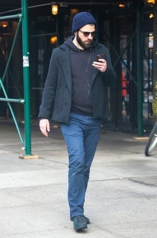 Come indossare e abbinare: giacca da marinaio nera, felpa con cappuccio nera, chino blu scuro, stivali casual in pelle verde scuro