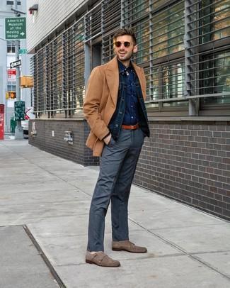 Come indossare e abbinare: giacca da marinaio marrone chiaro, giacca di jeans blu scuro, camicia a maniche lunghe a pois blu scuro, pantaloni eleganti scozzesi grigi