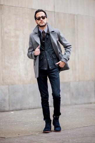 Come indossare e abbinare: giacca da marinaio grigia, gilet trapuntato blu scuro, camicia elegante a quadretti blu, jeans blu scuro
