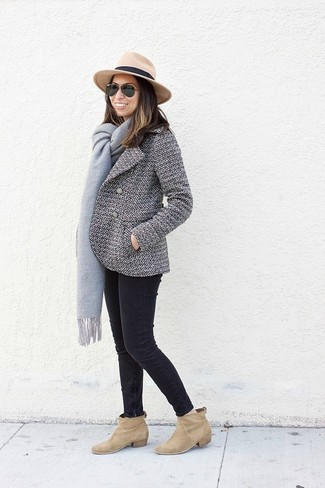 Come indossare: giacca da marinaio bianca e nera, jeans aderenti neri, stivaletti in pelle scamosciata marrone chiaro, borsalino di lana marrone chiaro