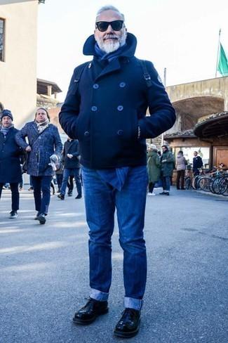 Moda uomo anni 60: Potresti indossare una giacca da marinaio blu scuro e jeans blu per un abbigliamento elegante ma casual. Scegli un paio di scarpe derby in pelle nere per mettere in mostra il tuo gusto per le scarpe di alta moda.