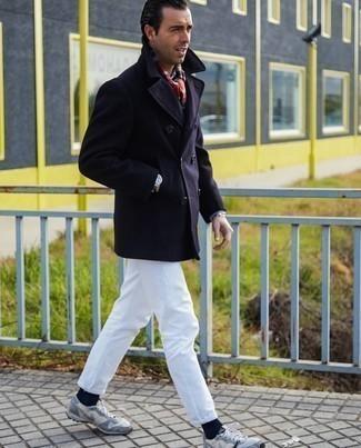 Trend da uomo 2020: Vestiti con una giacca da marinaio blu scuro e jeans bianchi se preferisci uno stile ordinato e alla moda. Per distinguerti dagli altri, scegli un paio di scarpe sportive grigie.