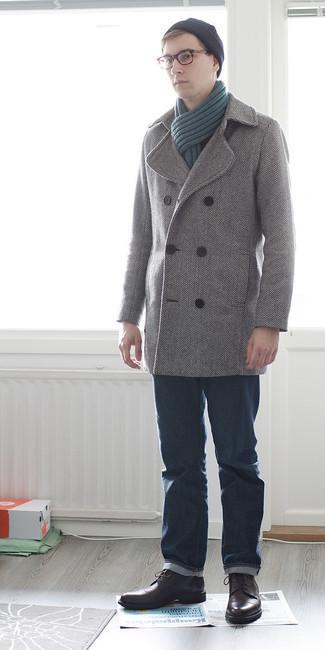 Come indossare e abbinare jeans blu scuro: Metti una giacca da marinaio a spina di pesce grigia e jeans blu scuro se preferisci uno stile ordinato e alla moda. Stivali casual in pelle marrone scuro sono una validissima scelta per completare il look.