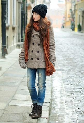 Come indossare: giacca da marinaio marrone, jeans strappati blu, stivali piatti stringati in pelle marrone scuro, guanti di lana grigi