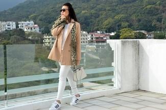Come indossare e abbinare: giacca da marinaio marrone chiaro, maglione con scollo a v bianco, jeans aderenti bianchi, sneakers basse in pelle bianche e nere