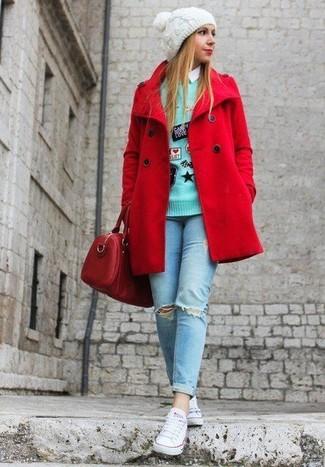 Come indossare: giacca da marinaio rossa, maglione girocollo ricamato verde menta, camicia elegante bianca, jeans aderenti strappati azzurri