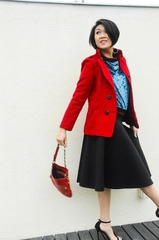 Indossa una giacca da marinaio rossa con una gonna longuette nera per un outfit comodo ma studiato con cura. Un paio di sandali con tacco in pelle scamosciata neri si abbina alla perfezione a una grande varietà di outfit.
