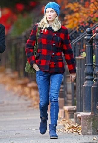 Come indossare e abbinare: giacca da marinaio scozzese rossa, maglione girocollo nero, jeans aderenti blu, stivali ugg blu scuro